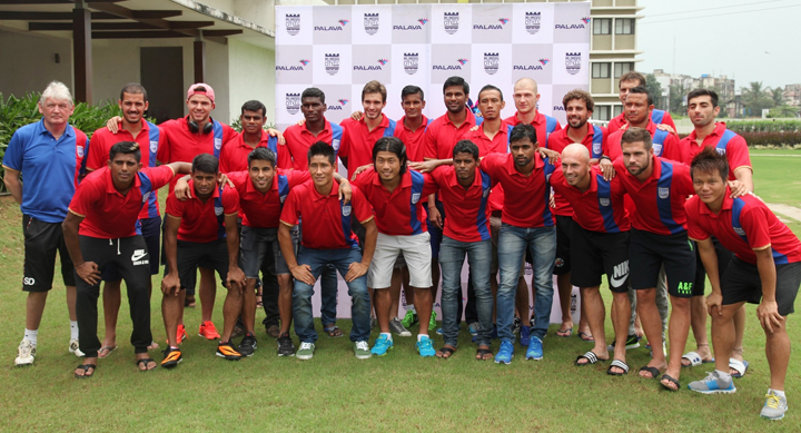 ISL's-Mumbai-City-FC-team-with-Steve-Darby,-Assistant-Coach-at-Palava-for-a-special-workshop-with-60-kids