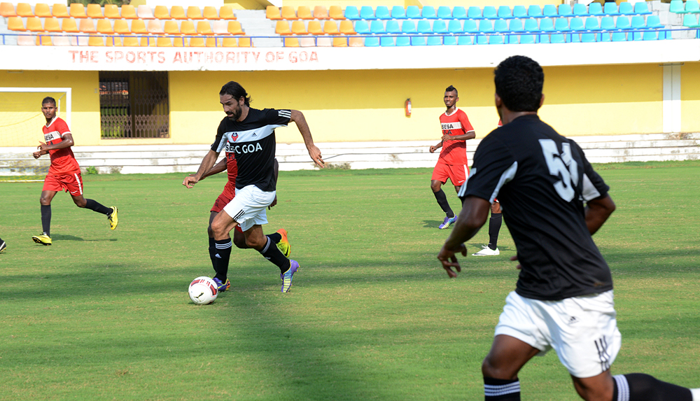 Robert-Pires-in-action-for-FC-Goa-against-Sesa-Football-Academy-in-their-first-pre-season-friendly