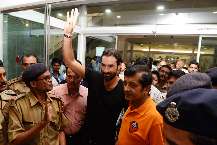fc-goa-marquee-player-robert-pires-waves-to-fans-on-arrival-in-goa
