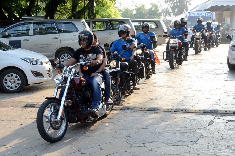 Harley-Owners-Group-riders-escort-the-FC-Goa-team-bus-to-the-stadium