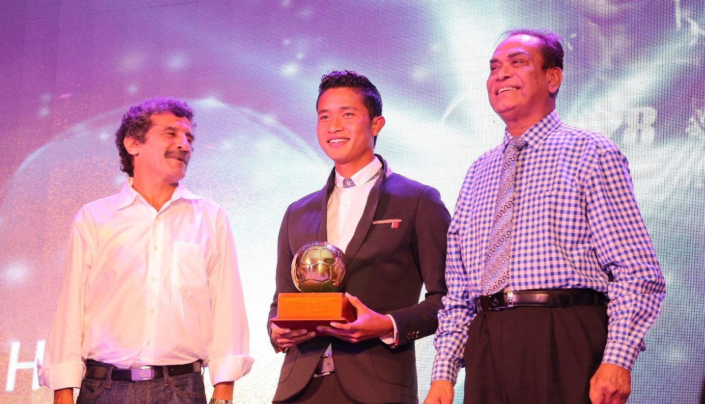 FC Goa's player Thongkhosiem Haokip Wins the FPAI award for Best Young Player of the Season