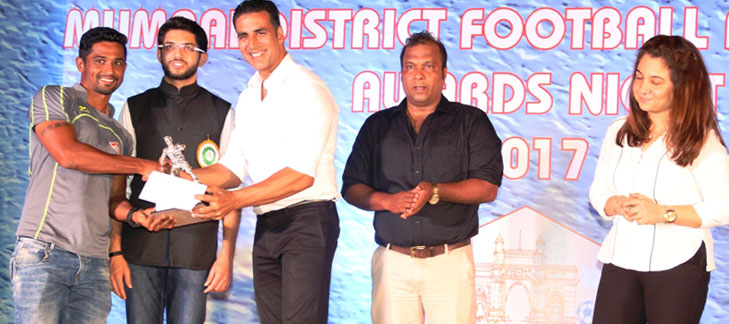 Vijith Shetty of Air India receives the 'Best Midfielder' award in the men's Elite Division League from Bollywood superstar Akshay Kumar and MDFA Chairman, Aditya Thakeray in the presence of Bruno Coutinho, a former India football captain and Suzanne Chowdhry at the MDFA Awards Night 2016-17.