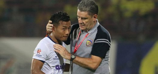 Chennaiyin FC coach John Gregory and Jeje Lalpekhlua of Chennaiyin FC during match 80 of the Hero Indian Super League between Kerala Blasters FC and Chennaiyin FC held at the Jawaharlal Nehru Stadium,Kochi India on the 23rd February 2018 Photo by: Vipin Pawar / ISL / SPORTZPICS